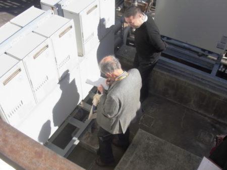 屋上での現地調査の様子
