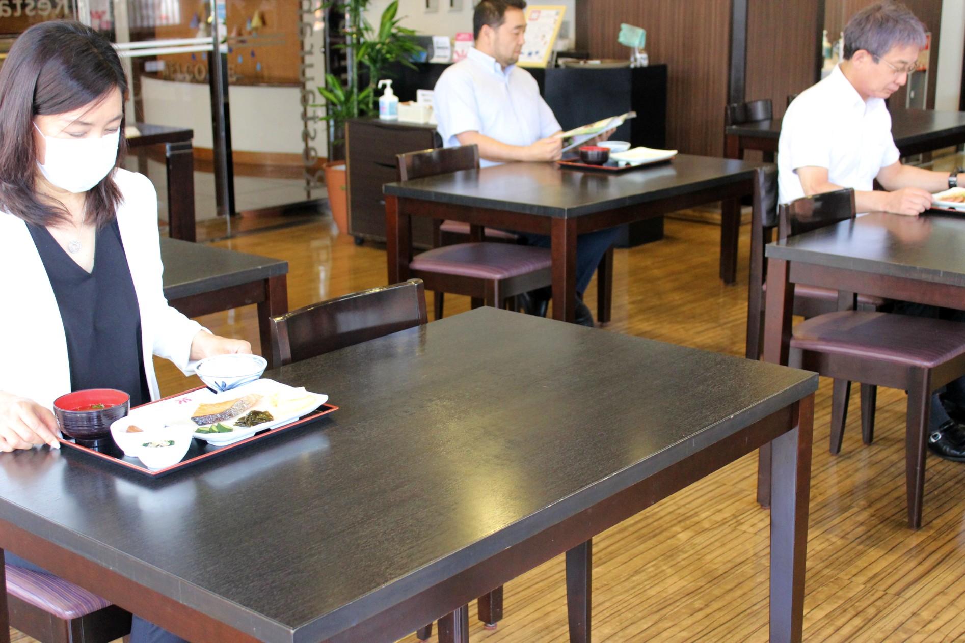 他のお客様との席の間隔を確保